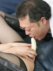 Sayuri Shiraishi masturbates with vegetables